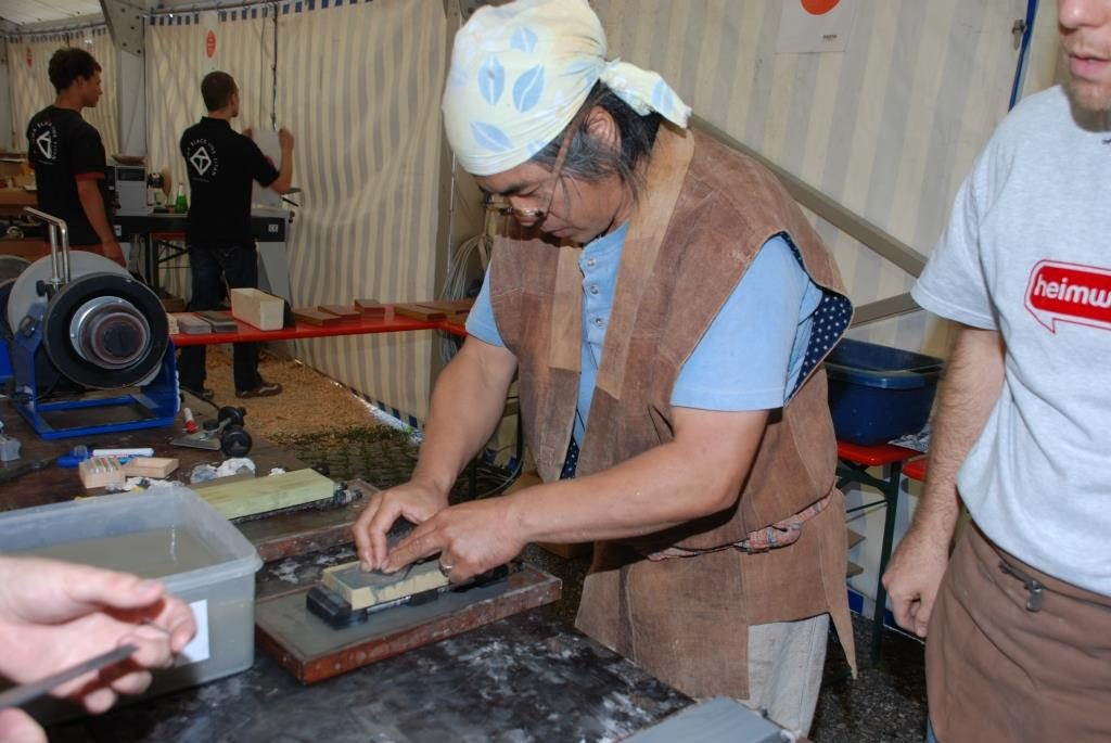 Japanischer Schreiner beim Schärfen eines Hobeleisens