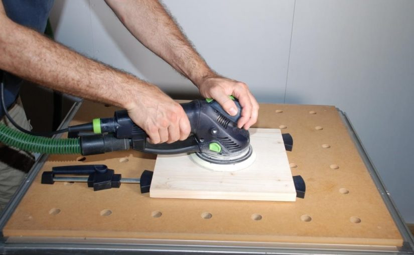 Schleifen von Holzoberflächen mit der Maschine
