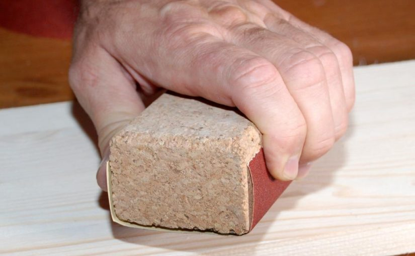 Schleifen von Holzoberflächen mit der Hand