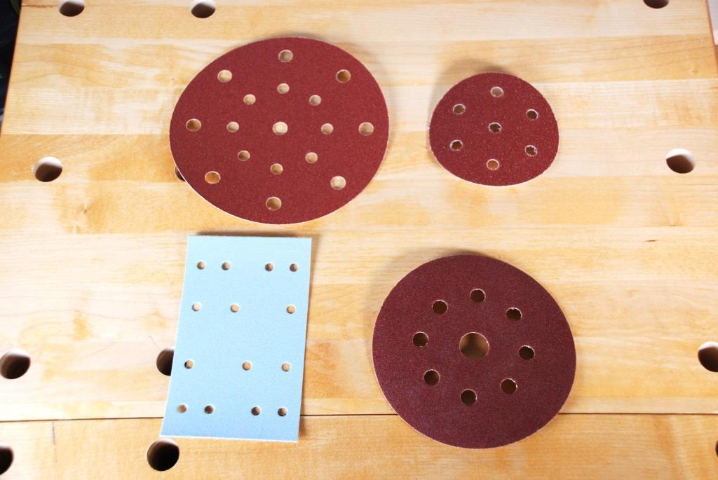 vier verschiedene Maschinenschleifscheiben für Holz