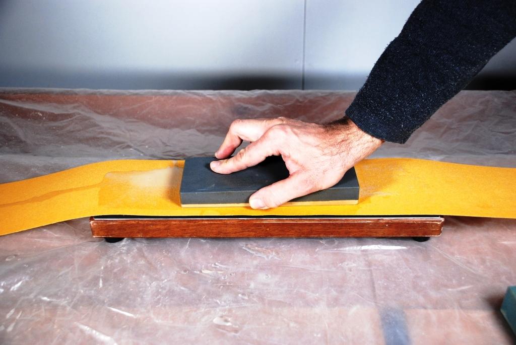 Abrichten Wasserstein auf Schleifpapier