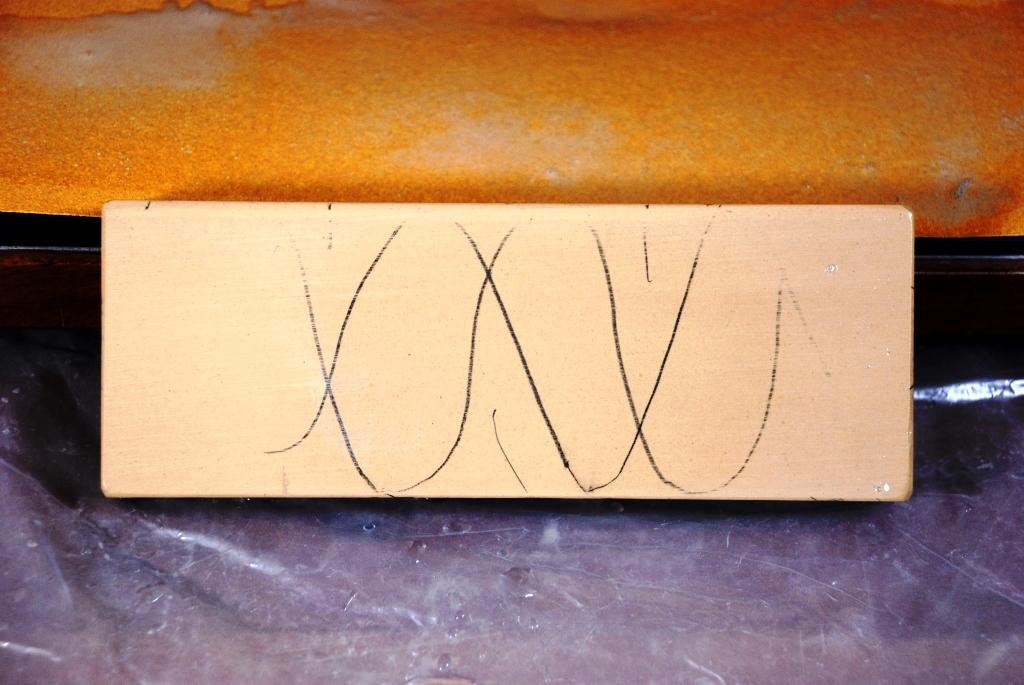 Bleistiftmarkierungen auf Wasserstein teilweise weggeschliffen