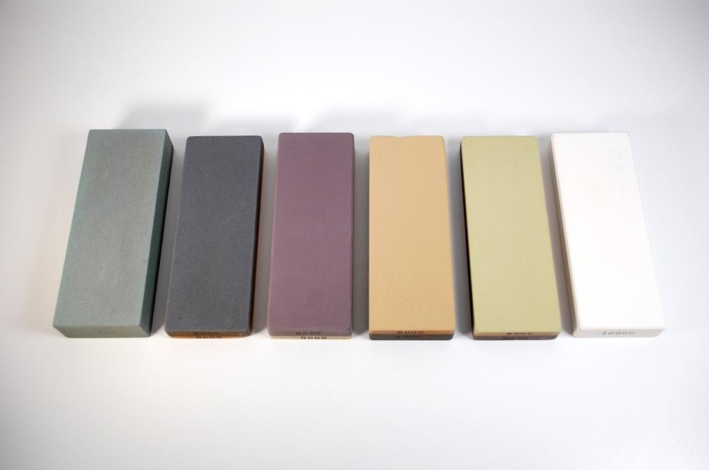 Japanische Wassersteine unterschiedlich gefärbt