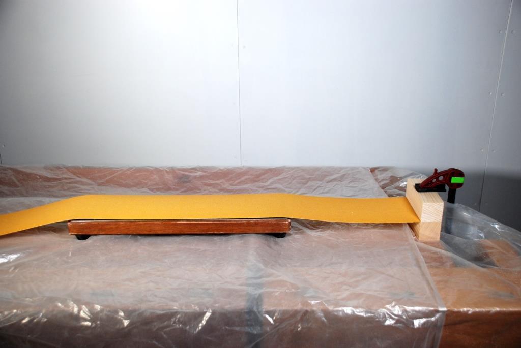 Glasplatte mit Schleifpapier belegt