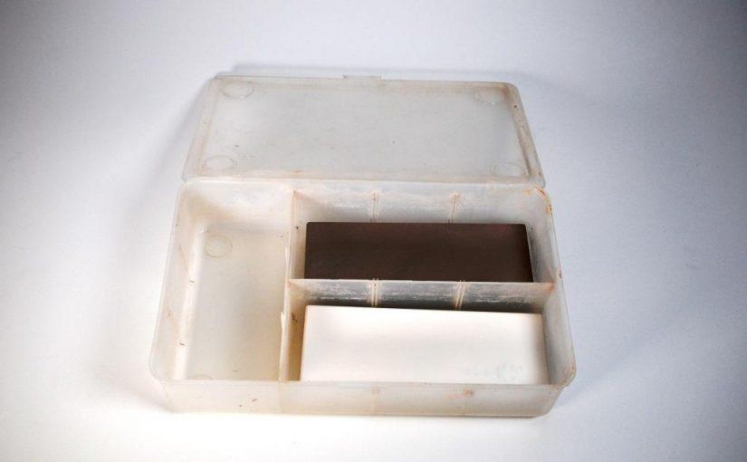 Kunstoffbox mit zwei Wassersteinen darin