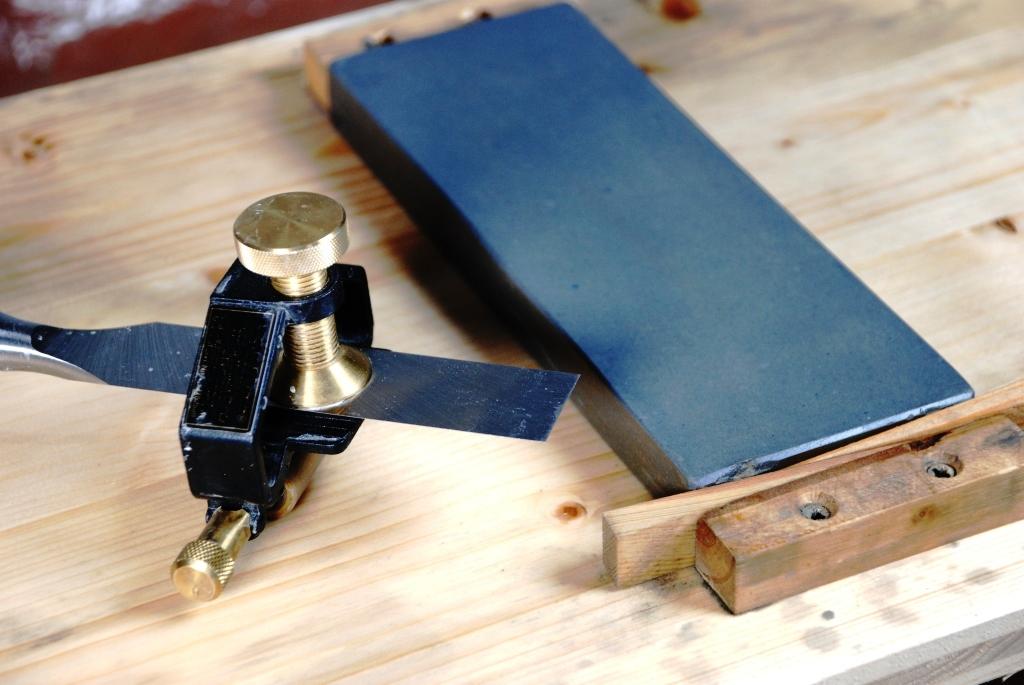 Schärfhilfe und Stein auf Schleifstei-Halter